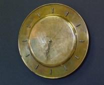 Titre: ÉPAVE, dos d'une assiette de laiton fini horloge, chiffres en 3 dimensions