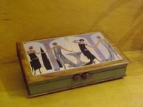 Titre; LES FOLLES ALLIÉES, boite avec collage décoratif, poignées: anciens boutons en bois, teinture, couleurs acrylique, verni
