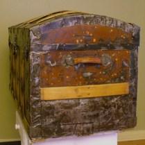 Contrat coffre antique: côté après nettoyage et cirage